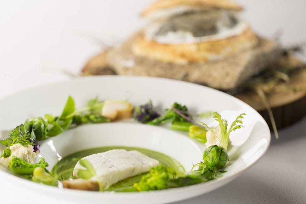 平目の岩塩焼き あさりと菊菜とほうれん草のソース_5123